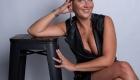 photo femme assise à coté d'un banc noir à Aix en Provence