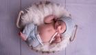 photo nouveau né tenue bleu claire avec bonnet dans panier sur fond bois blanc Marignane