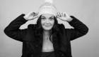 femme avec un bonnet blanc en laine et une veste noire à Aix en Provence