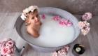 photo grande baignoire ancienne avec rose rose qui flottent dans l'eau
