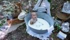 photo bain de lait extérieur petit garçon 1an dans la foret à Simiane