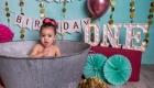 photo couleur vive bain de lait anniversaire 1an enfant petite fille couleur fushia et vert