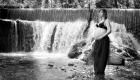 photo femme enceinte devant une cascade extérieur nature Gardanne Pavillon roi rené