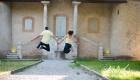 photo en couleur jeune couple qui saute en même temps dans un parc à Gardanne