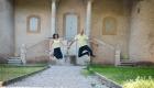 Photo futur marié qui sautent devant un château avant le mariage à Fos sur Mer