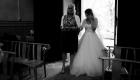 photo noir et blanc mariage, la mariée entre dans l'eglise aux bras de sa maman, Martigues