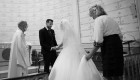 photo mariage noir et blanc, le marié découvre sa future femme à l'église