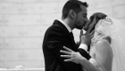 photo en NB du marié qui embrasse sa femme à l'église