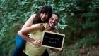 photo en couleur jeune couple qui s'amuse dans la foret avec un tableau ardoise salon de provence