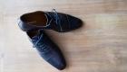 photo des chaussures du mariés posées sur du bois à salon de provence