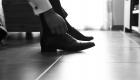 photo des chaussures du marié au sol en NB