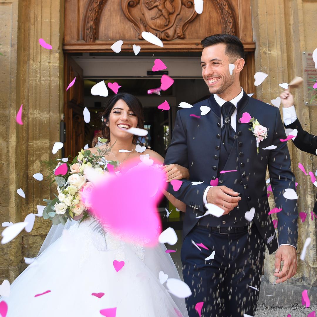 photo mariés qui sortent de la mairie avec des cœurs en papier rose à Salon de Provence
