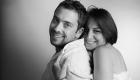 photo de couple noir et blanc studio fond blanc de profil à Marignane