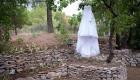 robe de la mariée suspendue à un chaîne en provence proche de puyricard