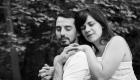 photo couple en noir et blanc amoureux yeux fermés dans la nature à aix en provence
