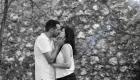 photo couple baiser devant un mur de pierre en noir et blanc à marseille
