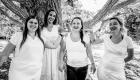 photo en Noir et blanc fille qui rigole a coté d'un arbre à Marseille