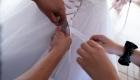 les mains attache le ruban de la robe de mariée en couleur, bouches du Rhône, Divine's photo