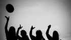 Photo noir et blanc contre jour fille qui jettent en l'aire un chapeau EVJF Marseille