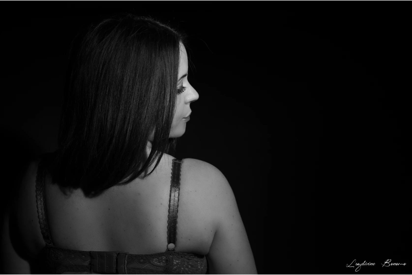 Photographe boudoir femme noir et blanc intime estime de soi bien-être