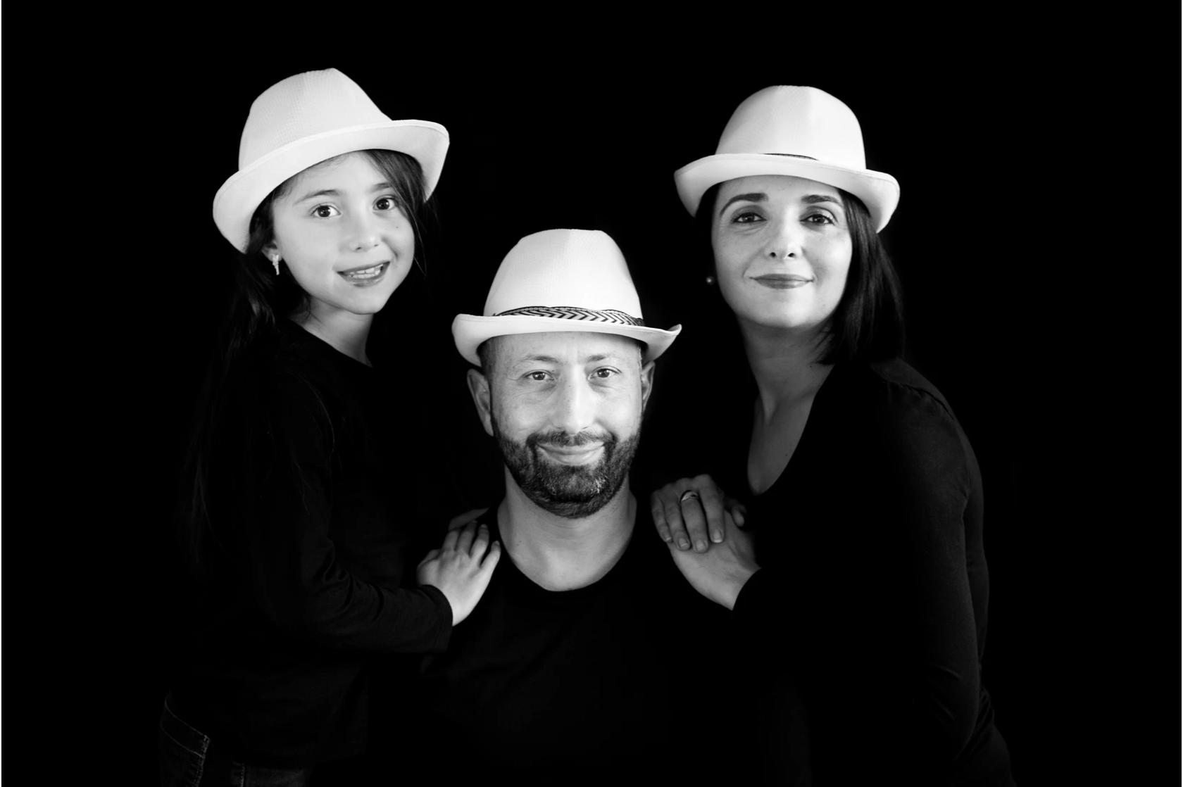 Photographe séance famille noir et blanc avec chapeau