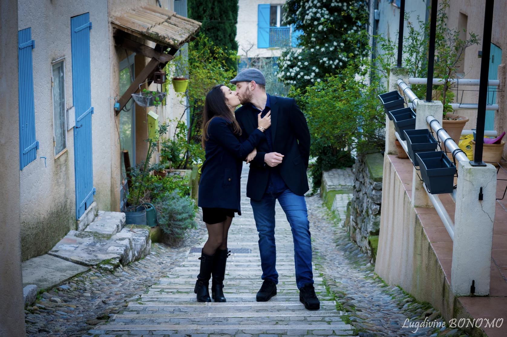 Photos de couple heureux qui s'embrassent dans une ruelle à ventabrun