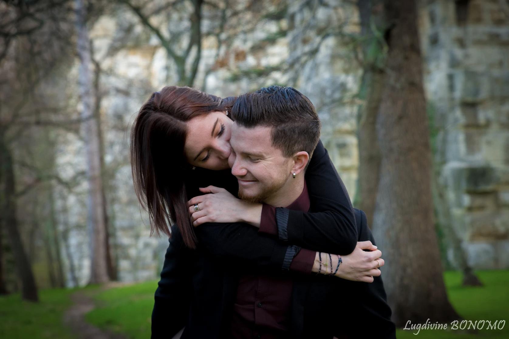 Couple enlancé lors d'une séance photo en extérieur dans la forêt