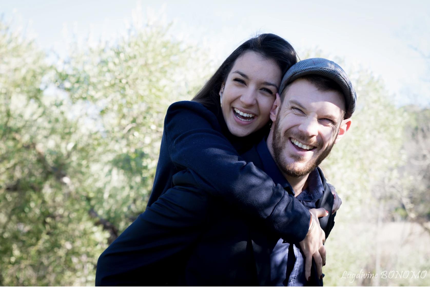 Amoiureux heureux lors d'une séance photo avec Lugdivine Bonomo en extérieur