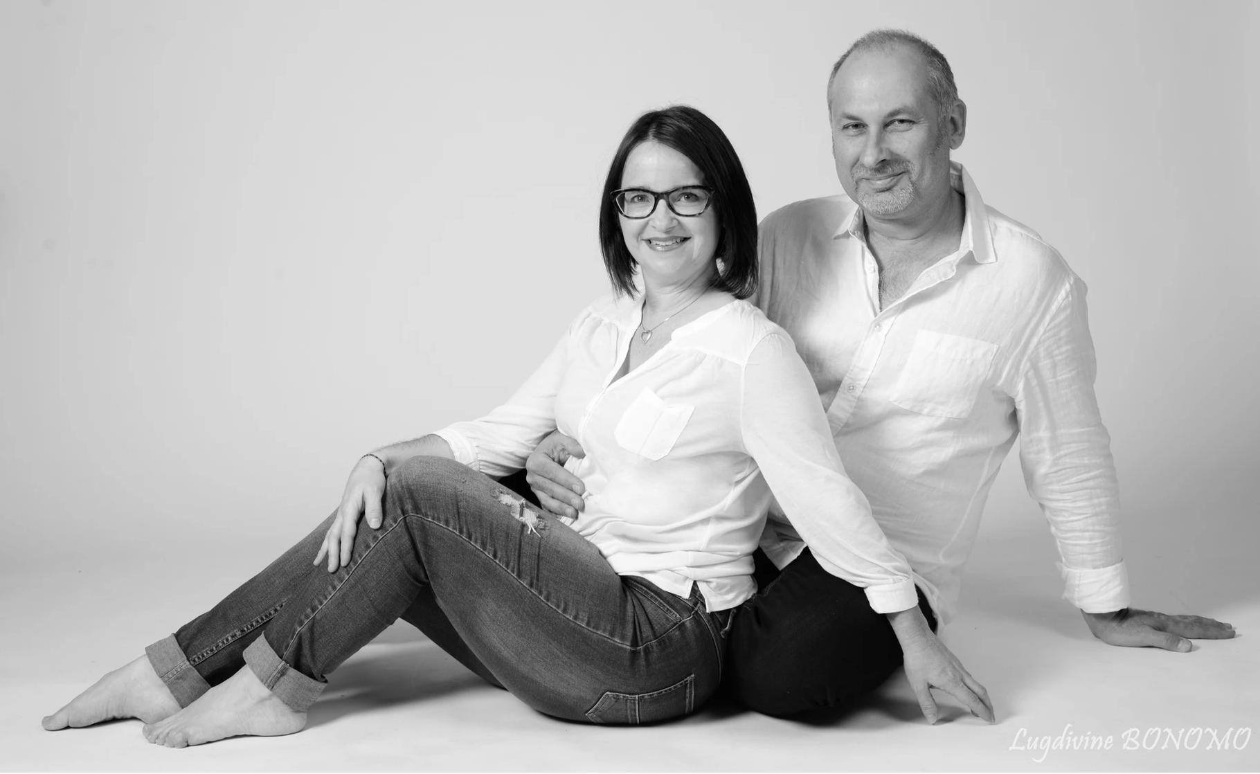 Photo en studio de couple mari et femme casual noir et blanc