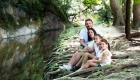 photo de famille extérieur proche rivière et racine arbre