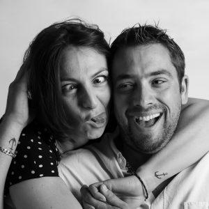 photo rigolotte couple noir et blanc humour grimace à Nîmes