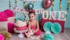 photo bébé fille qui mange un gâteau, pour ses 1 an