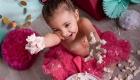 photo mange et écrase le gâteau, anniversaire 1an de bébé couleur rose fuchsia et vert d'eau aix en provence