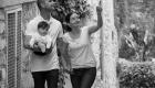 photo NB promenade en famille dans les ruelle d'un village provençal