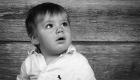 photo noir et blanc bébé sur fond bois, ville de Martigues PACA