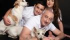 photographie studio de famille avec chiens fond noir