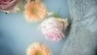 photo bain de lait fleur qui flottent orange et rose dans baignoire ancienne en zinc Lugdivine Bonomo Marignane