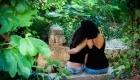 photo extérieure couleur mere fille de dos assise au bord de la riviere jeugle aix en provence source de L'infernet, Les Pennes Mirabeau Vitrolles