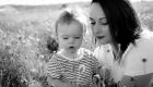 photo NB maman et bébé en extérieur dans les champs de coquelicots en Provence