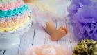 photo couleur pied de bébé à coté d'un gâteau arc en ciel à Marignane