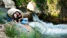 photo extérieure couleur mère fille assise au bord de la riviere jeugle aix en provence source de L'infernet, Les Pennes Mirabeau Vitrolles