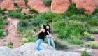 shooting photo mère fille extérieur rigolote qui dansent dans les collines rouge
