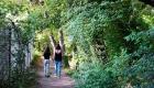 photo couleur extérieur maman et sa fille de dos qui marchent sur un chemin Les Pennes Mirabeau