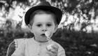 photo bébé noir et blanc en extérieur avec chapeau