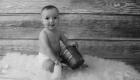 photo noir et blanc bébé tient assis 6 mois