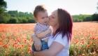 photo maman et bébé en extérieur dans les champs de coquelicots en Provence