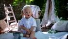 photo couleur bébé tient assis champêtre à l'extérieur proche de Gardanne