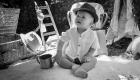 photo noir et blanc enfant garçon bébé en extrieur décoration bohème dentelle chapeau à Marseille